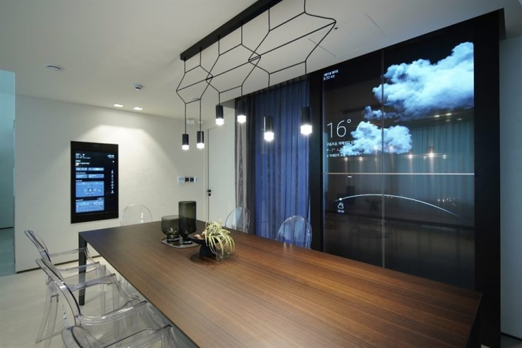 LG showcases future smart home